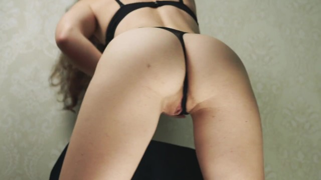 Mädchen in sexy Dessous mit Tanga